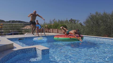 happy friends jump in water on summer vacations Acción en vivo