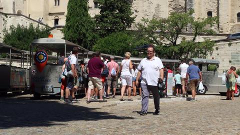 Tourists board a tourist train in Avignon Acción en vivo