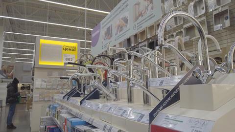 Assortment of kitchen taps in a plumbing store Acción en vivo