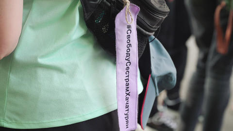 Ribbon with the inscription in Russian Freedom to the Khachaturian sisters Acción en vivo