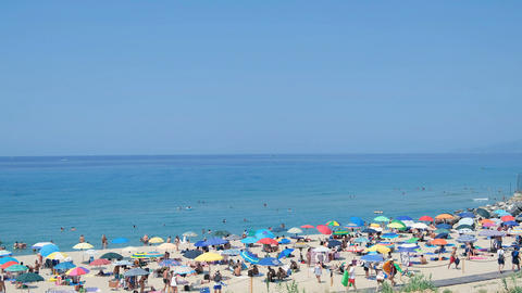Crowded tourists People on summer beach after covid lockdown,sea lifestyle Acción en vivo