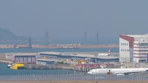 Airliner landing at International Airport, Hong Kong Acción en vivo