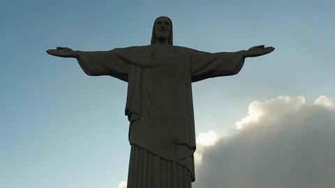 Under Christ The Redeemer Famous Jesus Statue Landmark, Rio De Janeiro, Brazil Acción en vivo