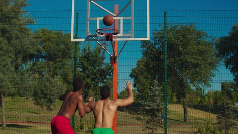 Basketball players fighting for rebound on court Acción en vivo