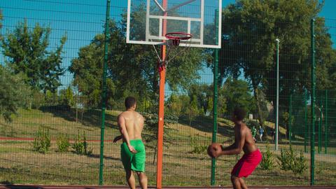 Basketball player executing behind the back pass Acción en vivo