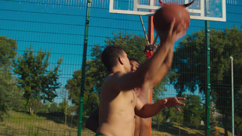 Basketball player scoring points after hook shot Acción en vivo