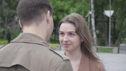 Close-up of happy smiling brunette woman looking at boyfriend with love and Acción en vivo