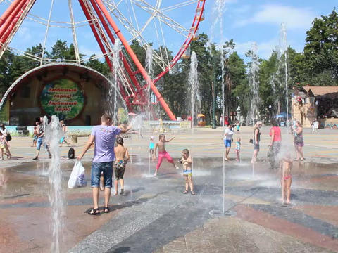 children rescued from the heat by bathing in fountains Gorky Park in Kharkiv Footage