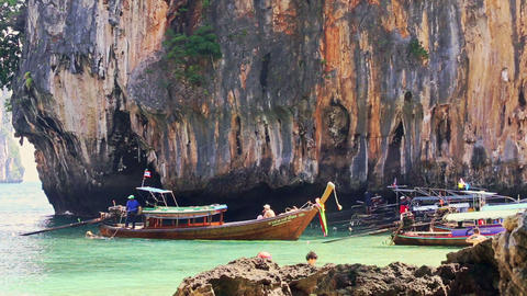 Thai Longtail Boat Float to Sea from Beach against Rocky Cliff ビデオ