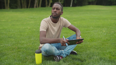 Creative african freelancer working with tablet pc Acción en vivo