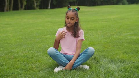 Preteen blogger girl filming video for vlog in park Acción en vivo