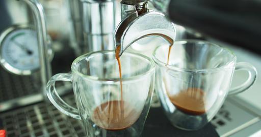Espresso coffee. Making espresso coffee pouring shots on using 2 spout Acción en vivo