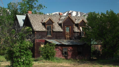 Zoom in to the second story front of an abandoned ranch... Stock Video Footage