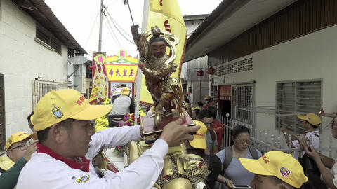 Devotee tie the god Marshal of the altar at the dragon boat Live Action