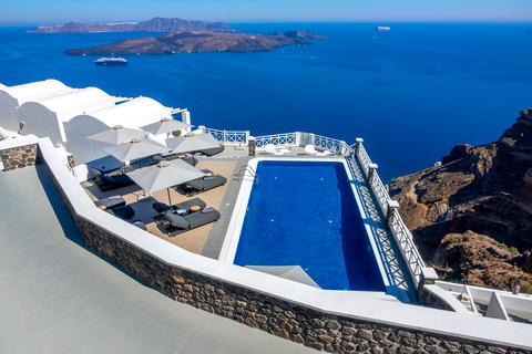 Seascape With Boats and Hotel Pool on High Bank of Santorini Fotografía