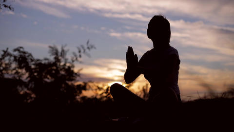Young woman exercising yoga outdoors at summer sunse 실사 촬영