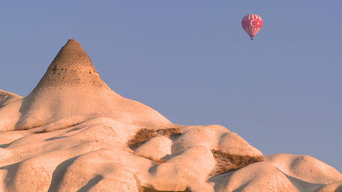 A hot air balloon with the Turkish flag flies over Stock Video Footage
