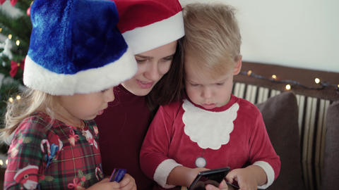Xmas, winter, new year, Celebration, family concept - happy excited family Acción en vivo