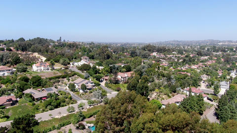 Aerial view of large-scale wealthy residential villa in South California ライブ動画
