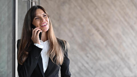 Close up, smiling businesswoman in suit. Businesswoman talking phone outdoors Acción en vivo
