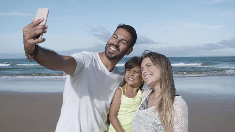 Joyful parents and little daughter taking selfie on phone Acción en vivo