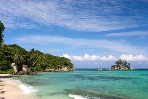 Beautiful beach with a small island in the near, Seychelles Fotografía