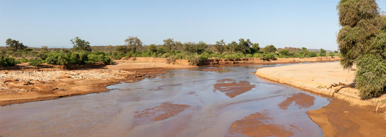 A river in the middle of the Kenyan savannah Fotografía