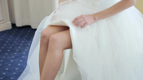 Bride puts on wedding shoes Filmmaterial