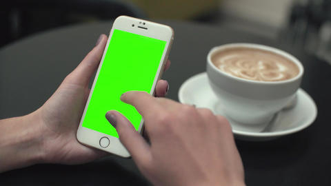 Woman Using a Mobile Phone with Green Screen Filmmaterial