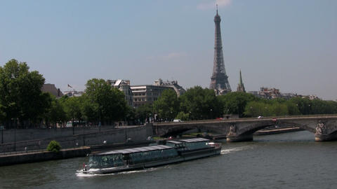 The Seine and the Eiffel Tower with riverboats in Stock Video Footage