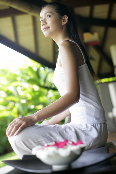 Young woman practising yoga フォト