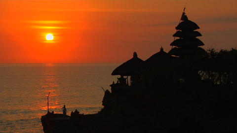 The Pura Tanah Lot Temple overlooks reflections in the ocean Stock Video Footage