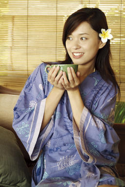 Young woman holding a teacup Fotografía