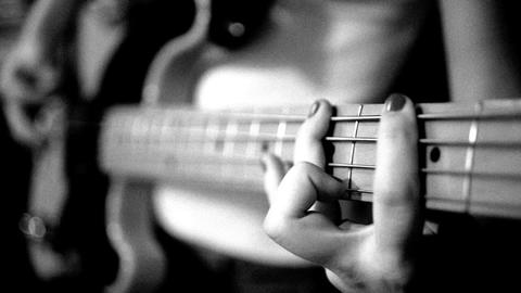 playing the electric bass guitar ビデオ