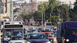 Сars stop at traffic lights, red lights, pedestrians... Stock Video Footage