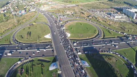 View from air of road interchange with city traffic Live影片