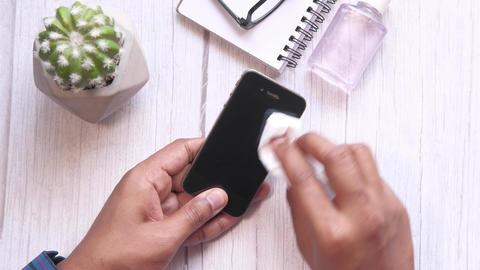 man hand cleaning mobile phone display ライブ動画