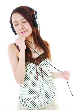 A young woman listening to music ภาพถ่าย