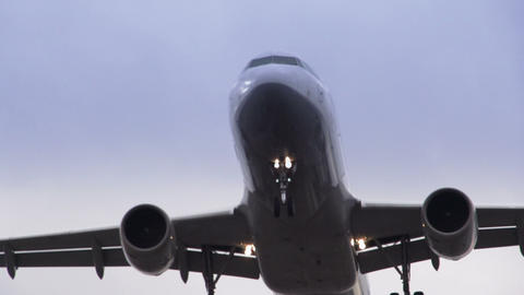 Airplane landing close up ビデオ