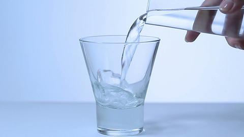 水を注ぐ女性「スローモーション」 Stock Video Footage