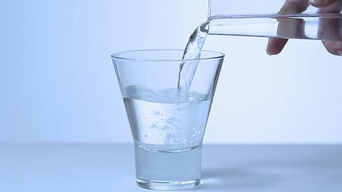 水を注ぐ女性「スローモーション」 Footage