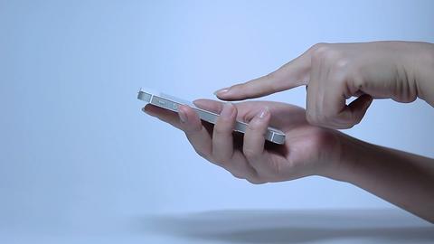 携帯電話、タブレット、PCを操作する女性の美しい手指 0