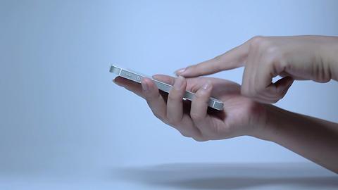 携帯電話を操作する若い女性の手指 Stock Video Footage