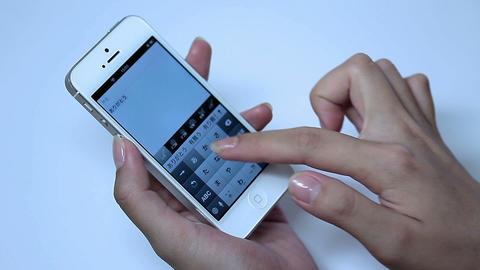 携帯電話、タブレット、PCを操作する女性の美しい手指 1
