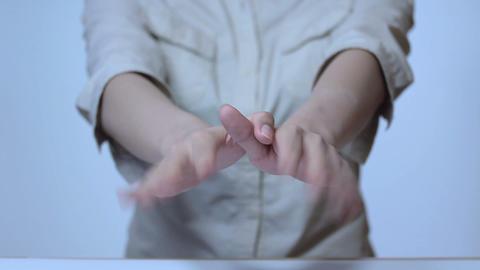 若い女性の手のしぐさサイン 0