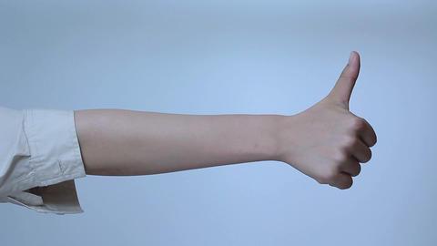 若い女性の手のしぐさサイン 2
