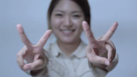 笑顔でピースサインをする若い女性 Stock Video Footage