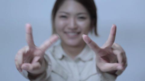 笑顔でピースサインをする若い女性 Footage