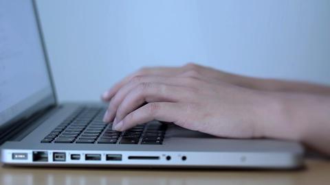 ノートPCを操作してる若い女性の手、指 Footage