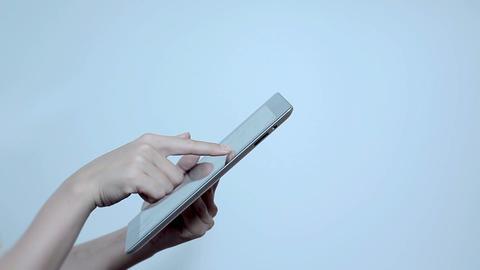 タブレットPCで写真を見てる若い女性 Footage